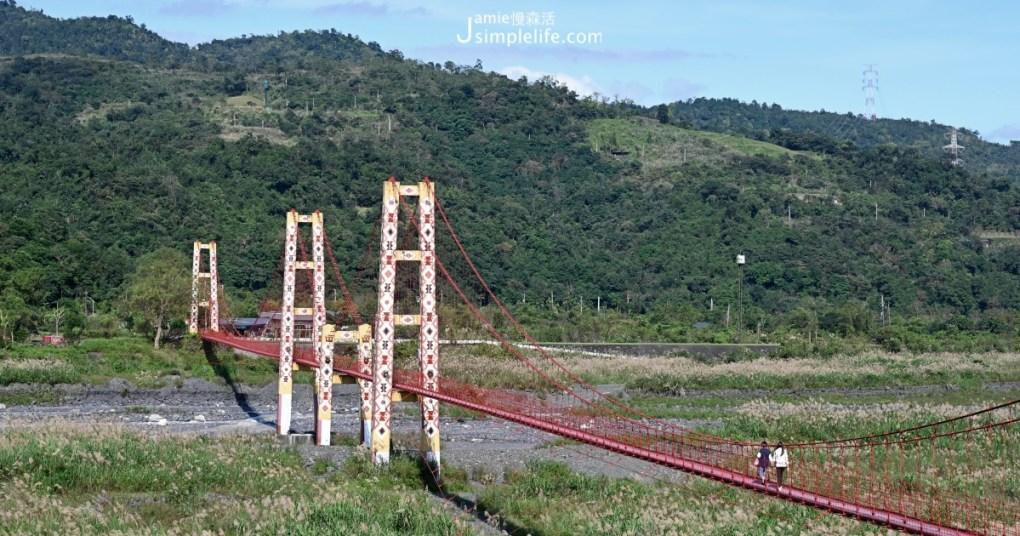 寒溪部落著名景點,「寒溪吊橋」長324公尺,是宜蘭縣第一長鋼索吊橋。多虧大好天氣,5座橋墩用以鮮豔色彩漆上原住民圖騰,跨越在寬闊河床「番社坑溪」宛如彩虹,格外醒目。