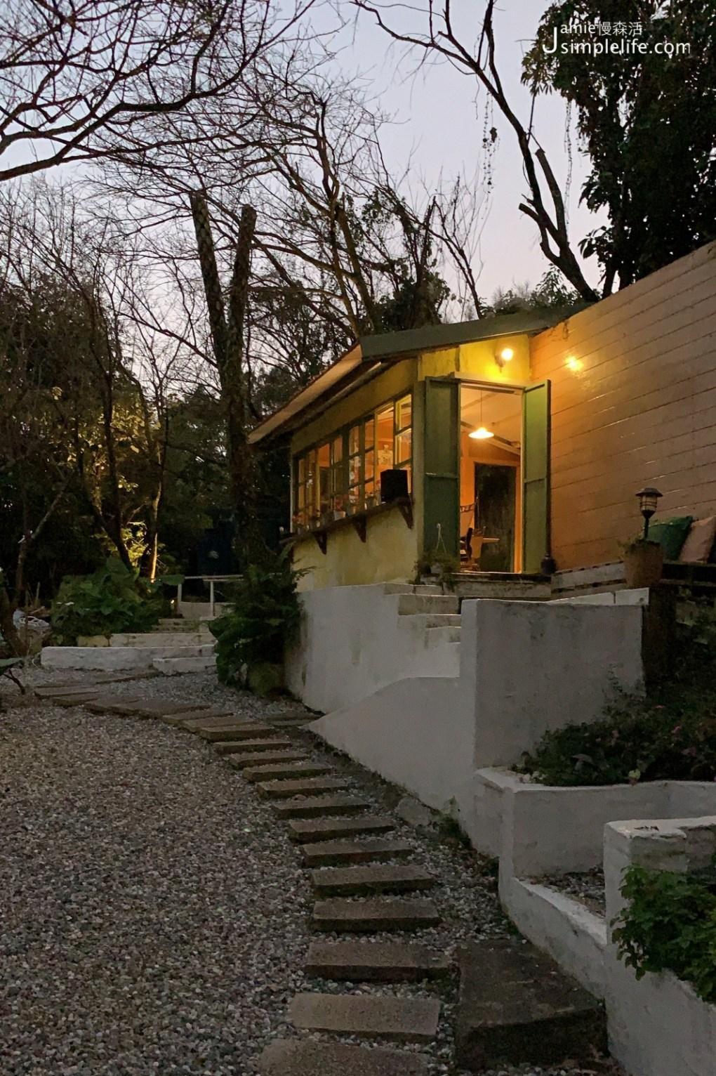 陽明山蒙馬特影像咖啡 裝飾偏甜的用餐環境與氛圍 夜晚樣子