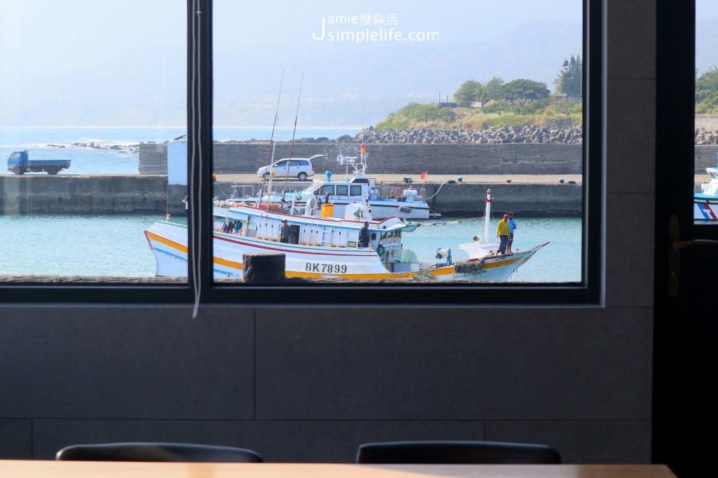 台東成功鎮 旗遇海味餐廳空間,窗外就是漁港