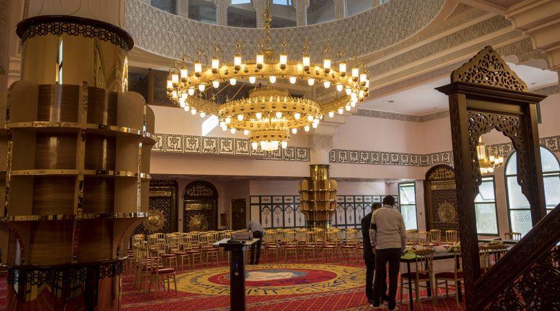 Des visiteurs étudient la Grande Mosquée du quartier d'Empalot à Toulouse, le 23 juin 2018. (Eric Cabanis/AFP via Getty Images)