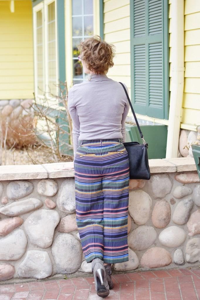 Minimalist outfits wearing print pants