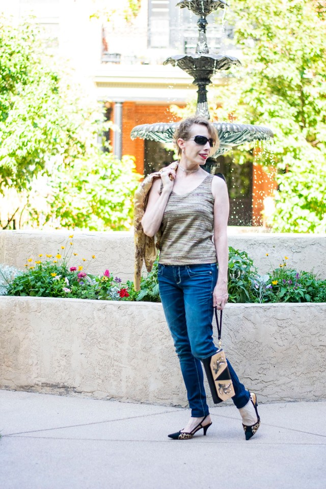 How to style a dressy outfit with jeans for women with glitter