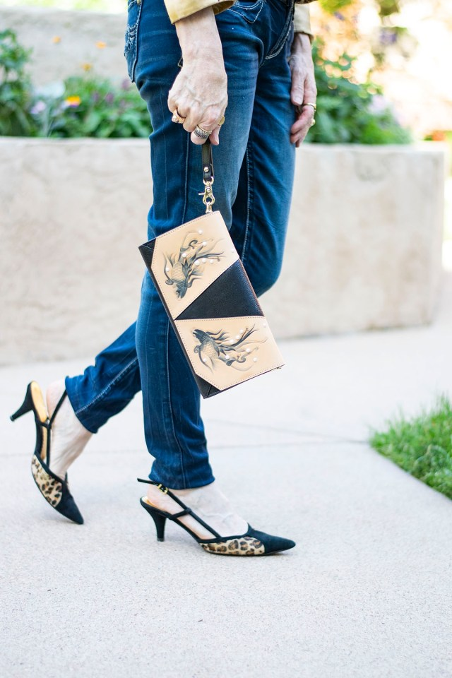 How to style a dressy outfit with jeans for women with leopard