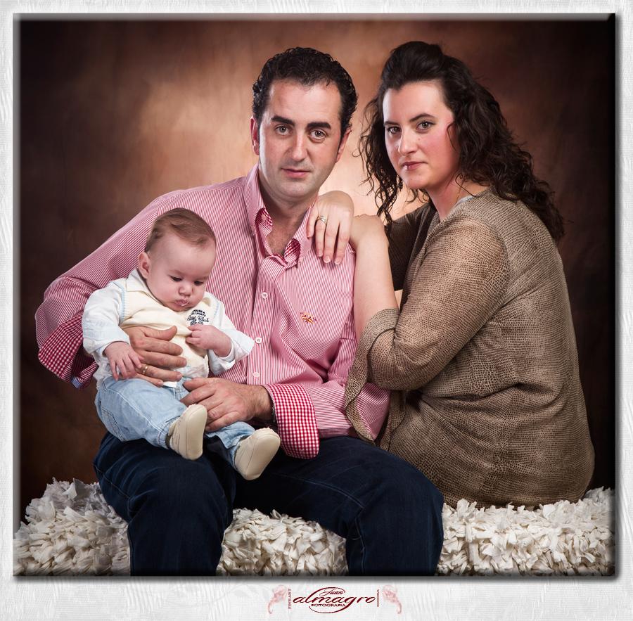 Foto familiar en estudio por Juan Almagro, fotografo de familias, bodas y comuniones en  Jaén.