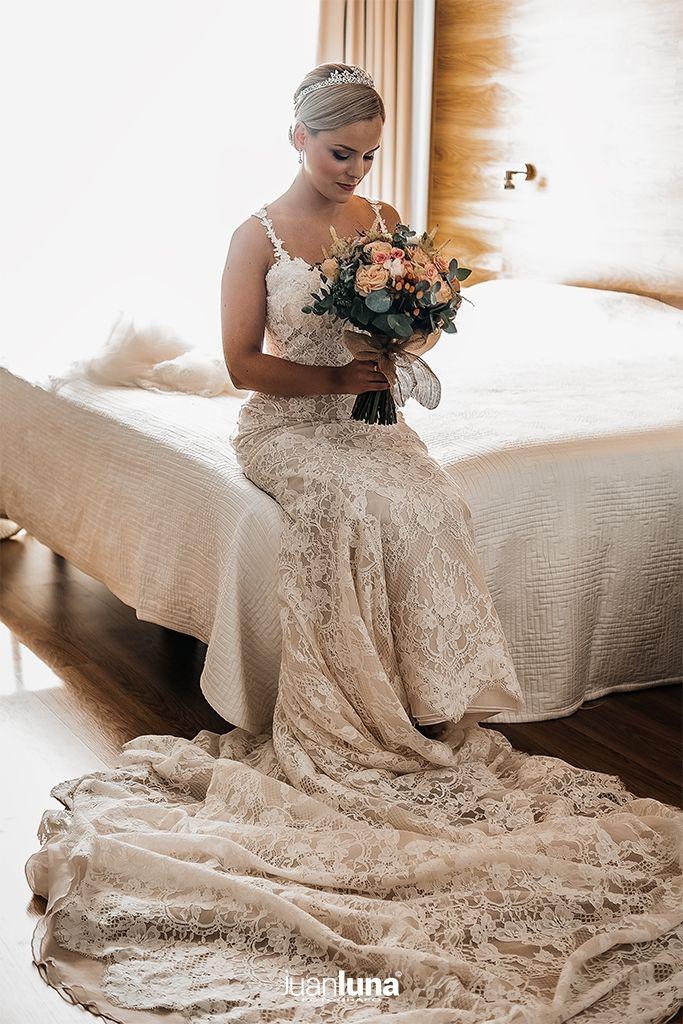 El momento antes de la salida de la novia es foto fundamental en el Reportaje de Bodas. Pandemic Wedding - El Reportaje de Bodas de Mercedes & Juan