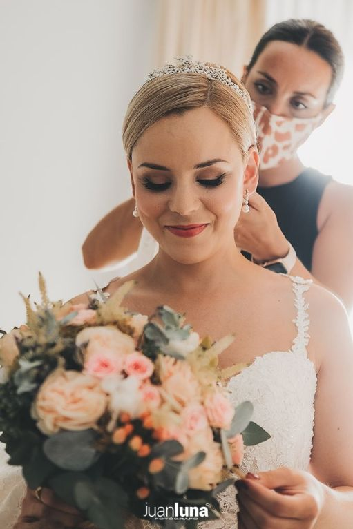 La sonrisa de la novia es señal de que todo va bien.