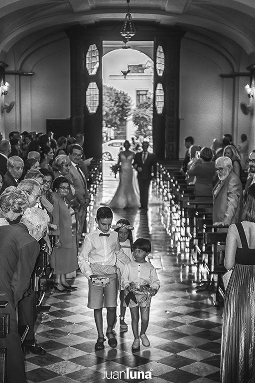 Entrada novia iglesia. Fotógrafos de Boda en Cádiz. Fotógrafo de Boda en Cádiz, Comunión y Eventos. Tu fotografía de boda. El mejor Fotógrafo para boda. Juan Luna Fotógrafo. Cadiz, Andalucía y España. Fotografo de Bodas en Cádiz. Fotógrafos de Bodas en Cádiz. Vídeo de Bodas. Videógrafo de Bodas.