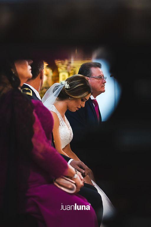 Detalle novia iglesia. Fotógrafos de Boda en Cádiz. Fotógrafo de Boda en Cádiz, Comunión y Eventos. Tu fotografía de boda. El mejor Fotógrafo para boda. Juan Luna Fotógrafo. Cadiz, Andalucía y España. Fotografo de Bodas en Cádiz. Fotógrafos de Bodas en Cádiz. Vídeo de Bodas. Videógrafo de Bodas.