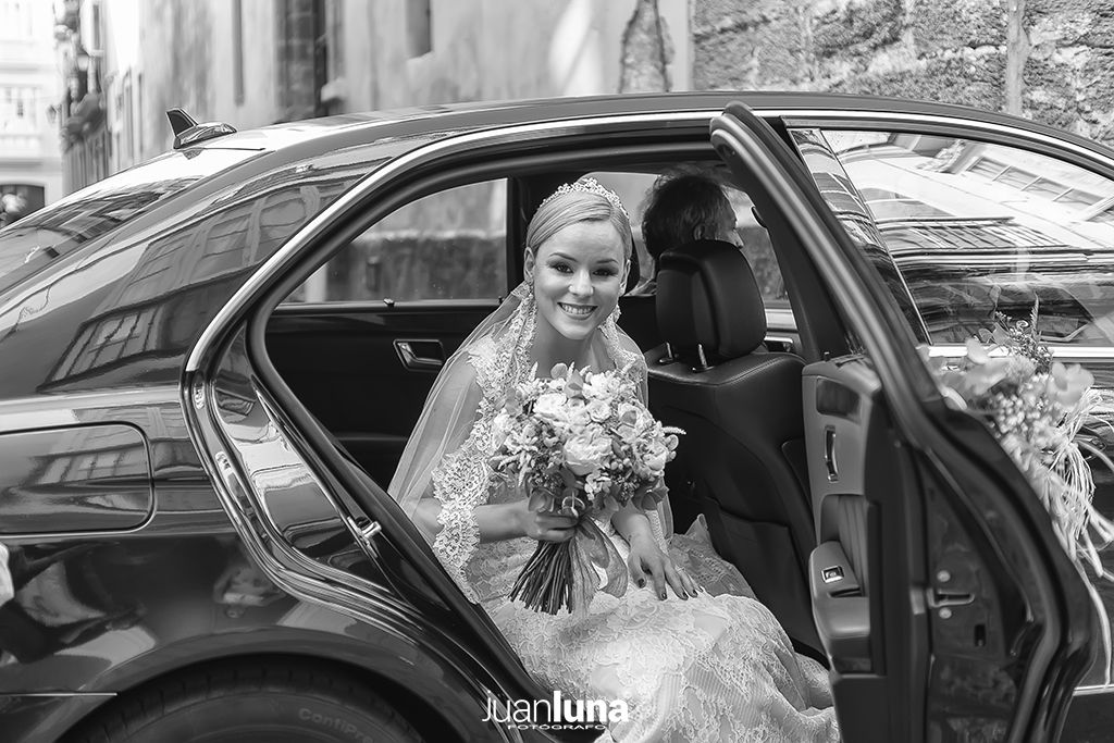 Llegada de la novia a la Iglesia. Pandemic Wedding - El Reportaje de Bodas de Mercedes & Juan