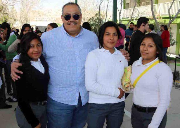 Francisco García y alumnas