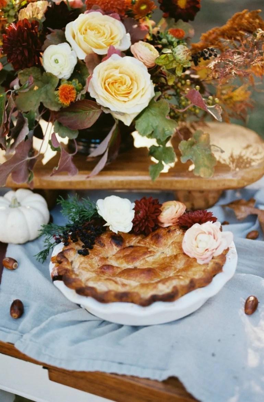 Ideen für eine Friendsgiving Dinner Party im Freien mit Herbst Dekoration und Rezeptideen