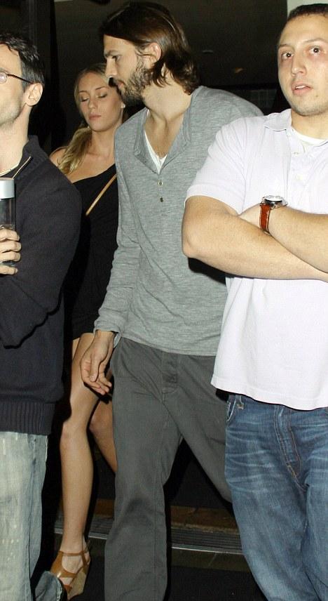 Ashton Kutchers Mistress Sara Leal Is Angry And Suicidal