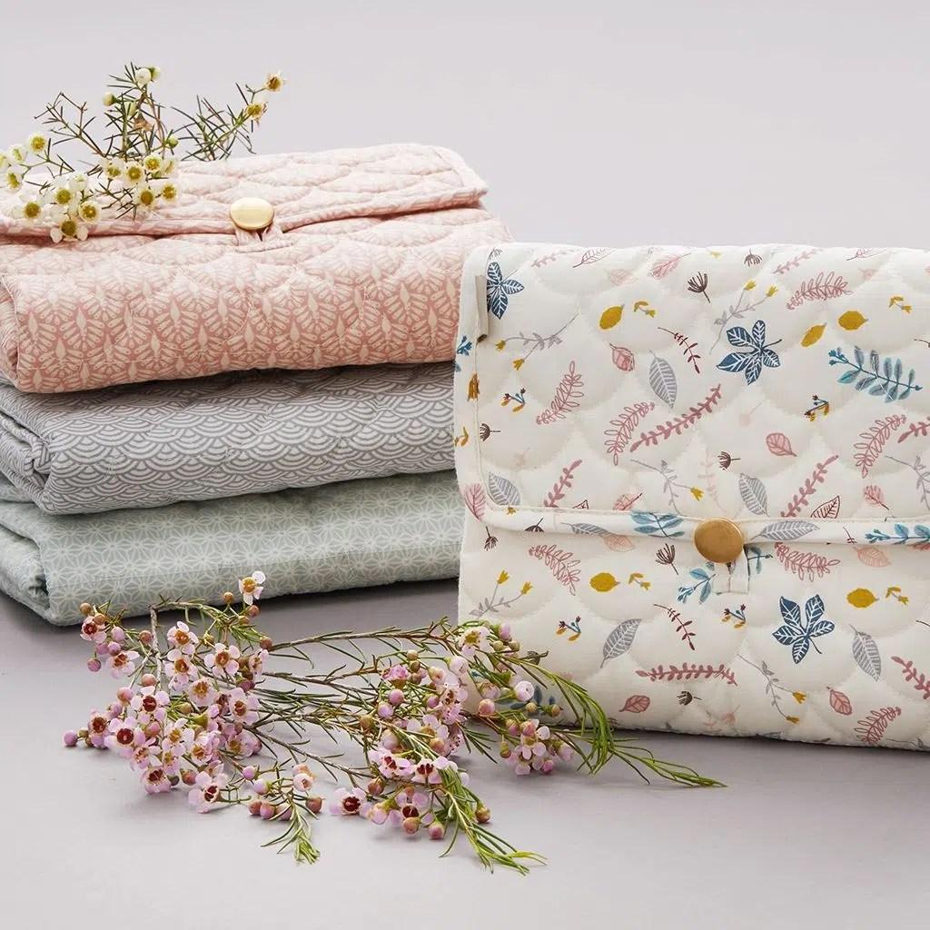 tapis a langer nomade motifs feuilles roses