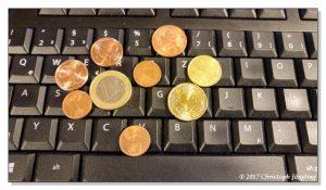 Symbolbild: Geldmünzen auf der Tastatur