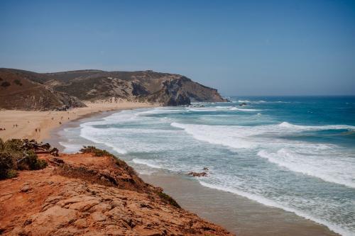 Atlantikwellen an der Praia Amado