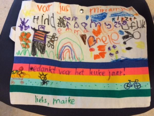 Tas met namen en tekeningetjes. Met textielstiften erop getekend.