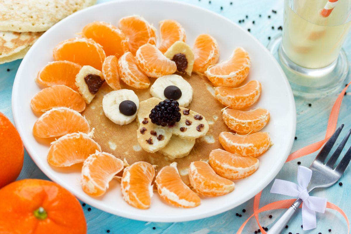 Leeuw van pannenkoek met fruit