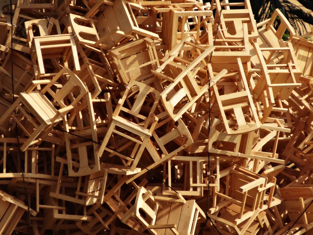 Opgestapelde stoelen