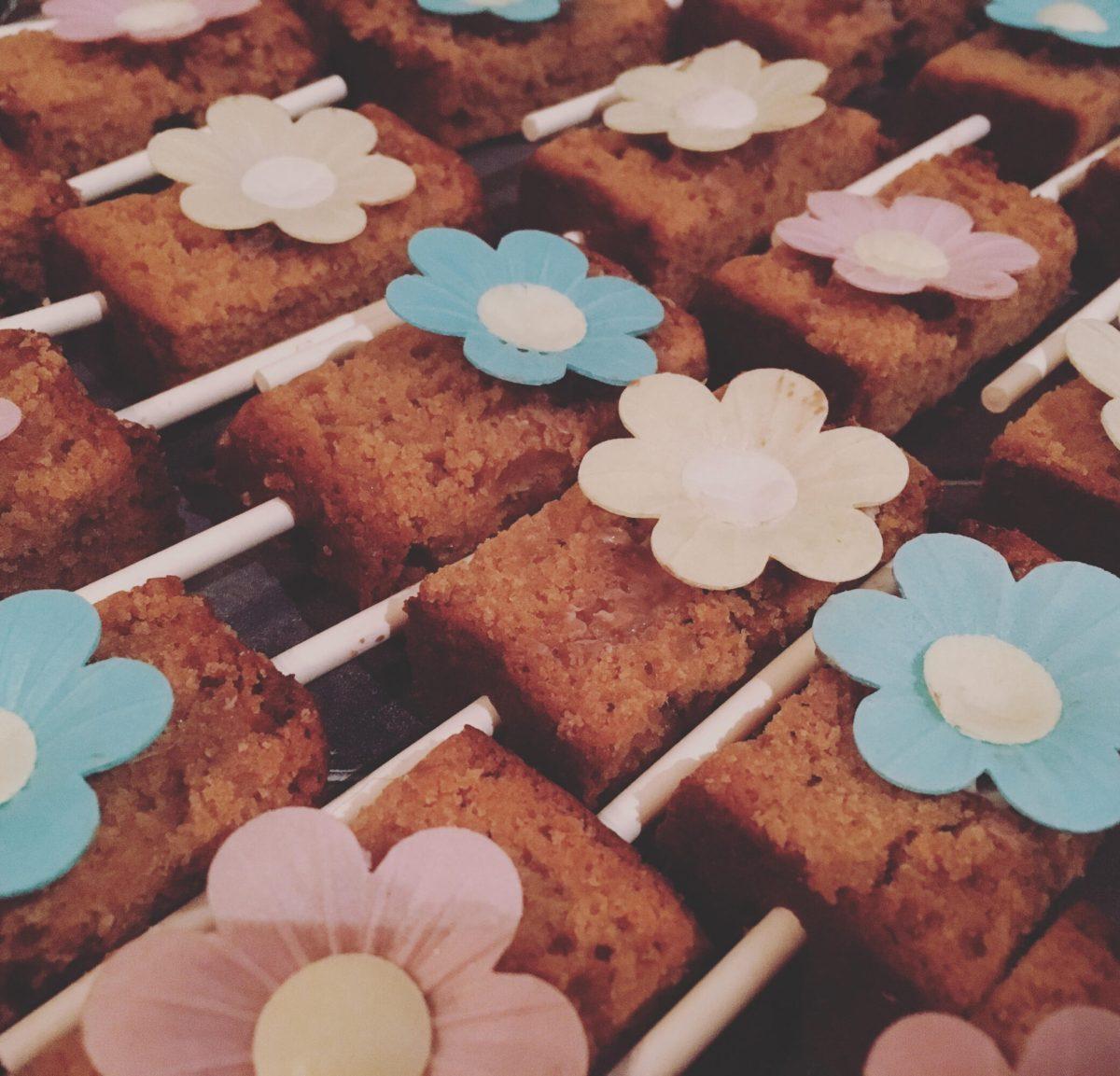 Mini ontbijtkoek lolly met eetbare bloemetjes