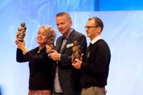 Preisträger der Jugendjury: Patrick Nesse (Mitte) und Jim Kay (rechts) mit Übersetzerin Bettina Abarbanell // Foto: Ulf Cronenberg, Würzburg
