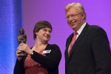 Vivian Perkovic und Dr. Ralf Kleindiek mit Susan Kreller, Preisträger im Jugendbuch || © Foto: Ulf Cronenberg