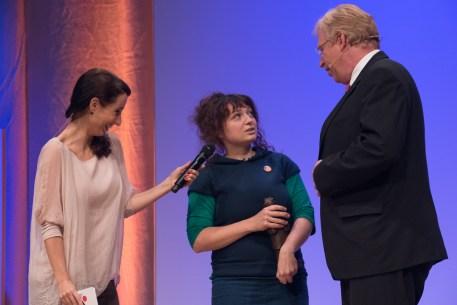 Vivian Perkovic und Dr. Ralf Kleindiek mit Christina Röckl, Preisträger im Sachbuch || © Foto: Ulf Cronenberg