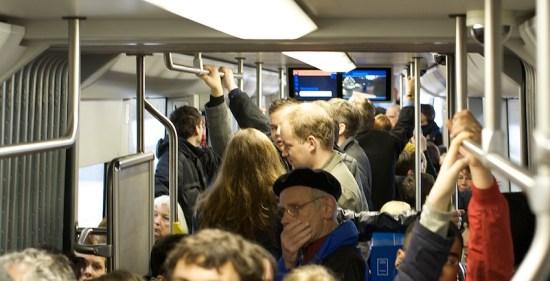 Die überfüllte Straßenbahn (was auf dem Foto vergleichsweise harmlos aussieht)