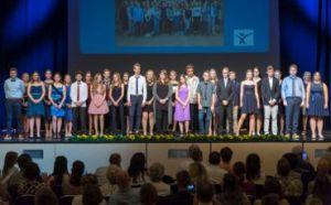 Gruppenfoto der Jugendfeier 2018 in der Fürther Stadthalle.
