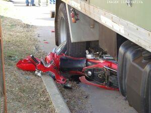 moto bajo camion