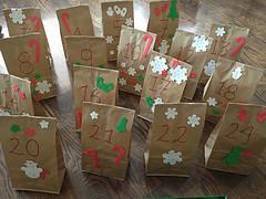 En af de bedre hjemmelavede pakkekalendere i små poser med sne og dato på