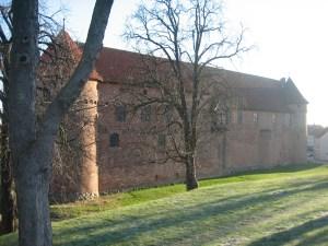 Juleønsket er optaget i Nyborg, som bl.a. er kendt for Nyborg Slot. Der vises her et billede af bogmuren.