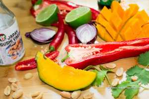 Zutaten für den Thai Mango Salat mit Mango, Chili, Koriander und Erdnüssen