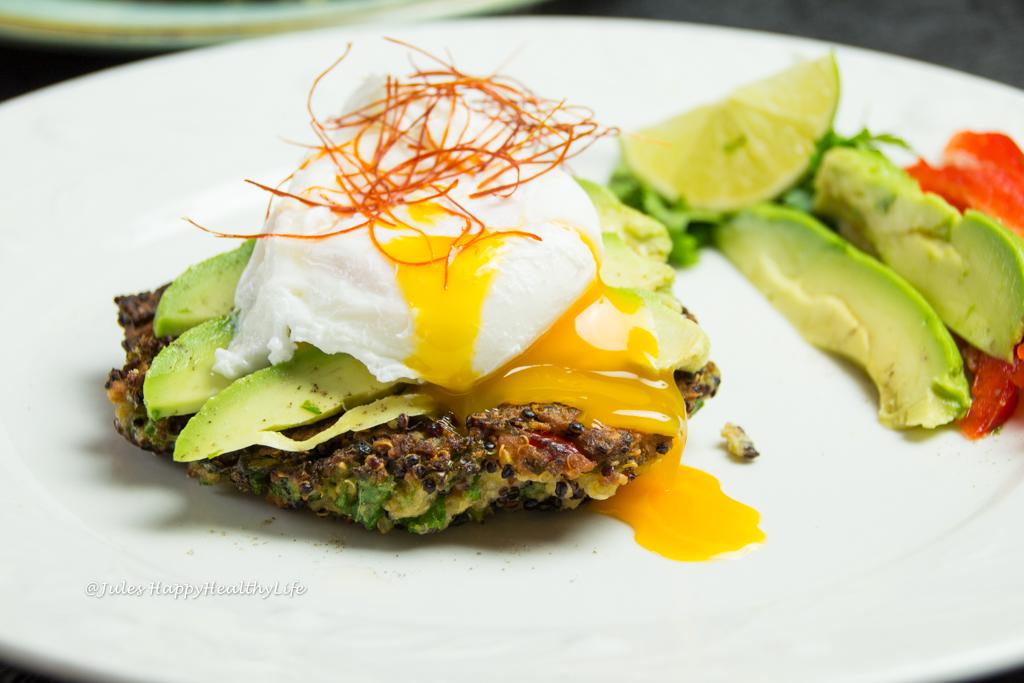 Glutenfreie Quinoa Grünkohl Fritters mit Avocado und pochiertem Ei