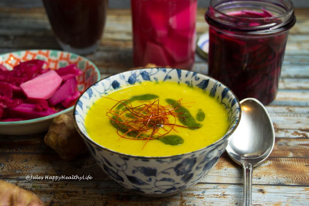 Topinambur Safran Suppe mit Petersilienöl und Chilifäden