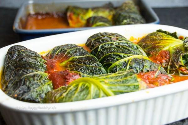 Wirsingrouladen Italienisch mit Pilzfüllung in Tomatensauce.