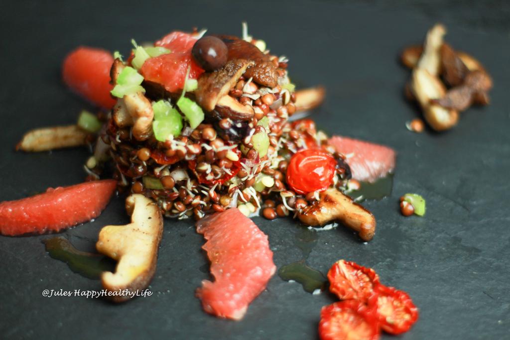 Italienischer Salat mit gekeimten Linsen ist vegan und glutenfrei