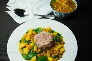 Kurkuma Kichererbsen Curry mit Kartoffeln und Spinat ist vegan und glutenfrei
