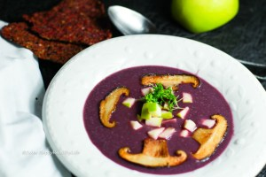 vegane, glutenfreie Rotkohl Suppe mit Shiitake Pilzen und Granny Smith Apfel Einlage