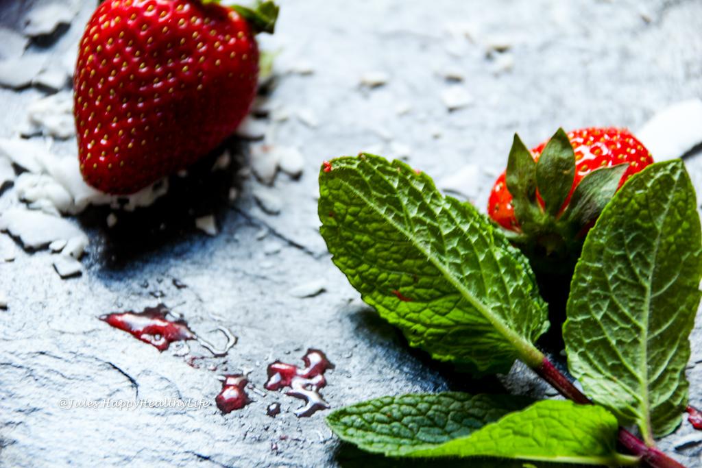 Gesundes Rezept für Erdbeereis am Stiel mit Minze glutenfrei, vegan