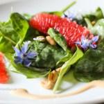 Baby Spinat Salat mit Erdnuss Dressing vegan und glutenfrei