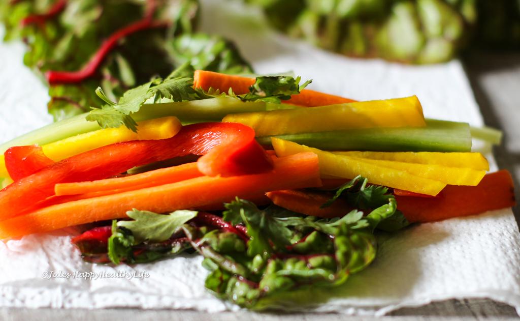 Mit Gemüse gefüllte Mangold Wraps mit Safran Mango Dip