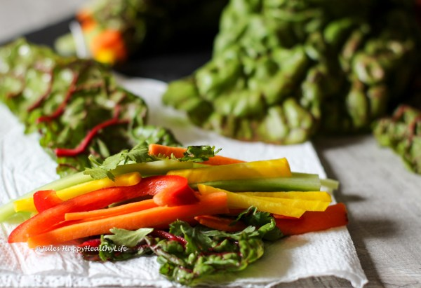 Das Füllen der Mangold Wraps mit Gemüse