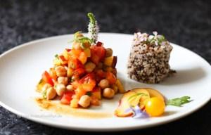 Rezept für einen veganen, glutenfreien Kichererbsen Pfirsich Salat mit Ingwer Dressing