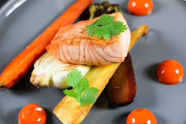 Pak Choy und Karotten aus dem Ofen mit Karotten Ingwer Gel und glasiertem Lachs