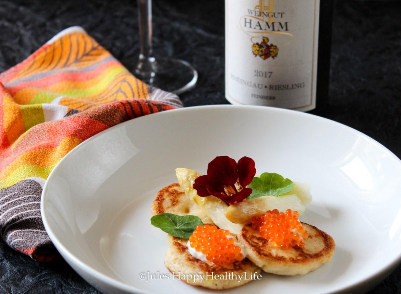Mit Hefe zubereitete Blumekohl Blinis mit Lachs Kaviar