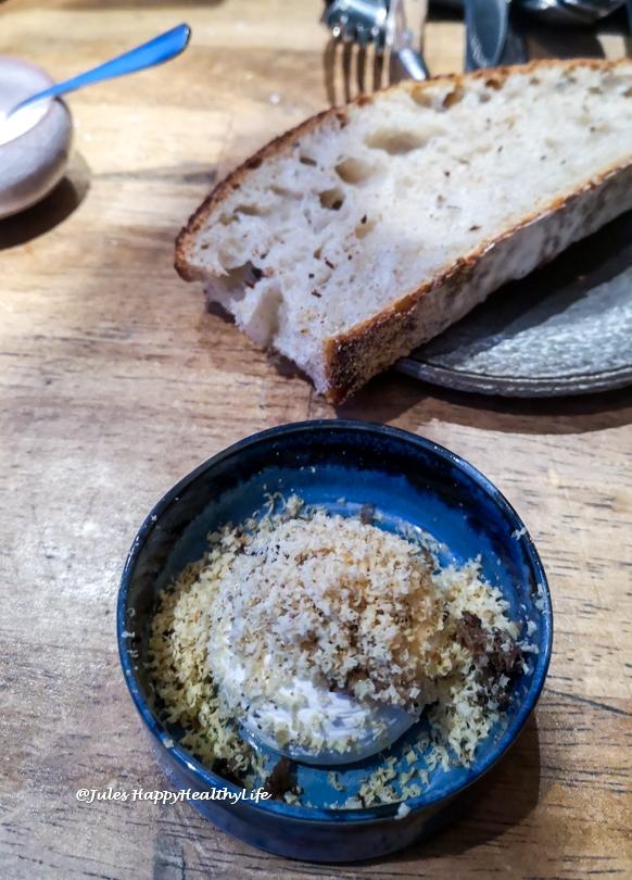Butter mit Foie Gras und knusprigem Brot ein Highlight