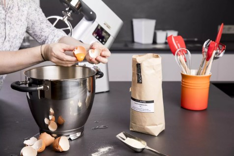 Ei und Mehl vermischen
