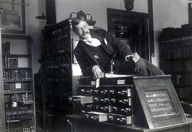 13. Bibliotecario sobre catálogo de fichas catalográficas