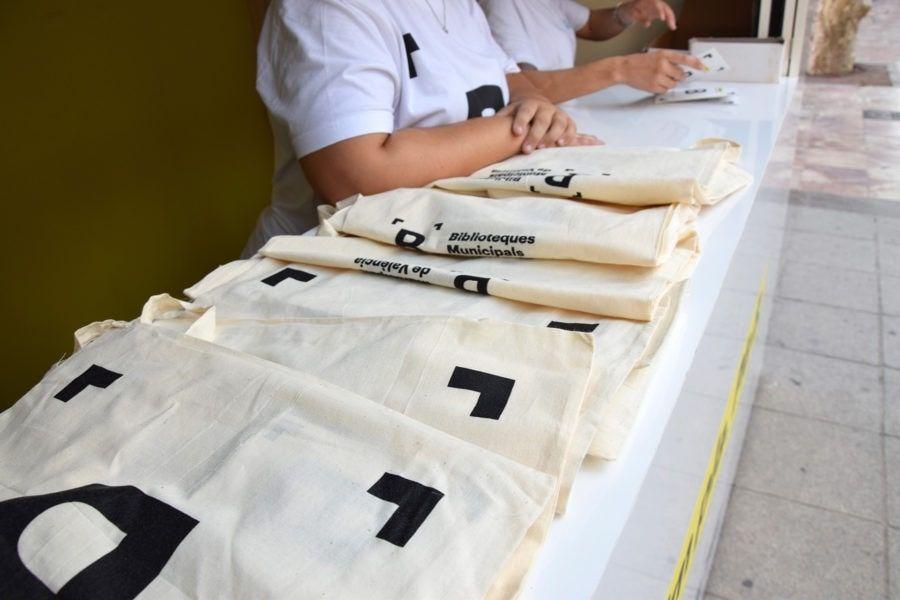 Bolsas de merchandising entregadas con motivo de la renovación de la identidad visual corporativa de la Red de Bibliotecas Municipales de Valencia
