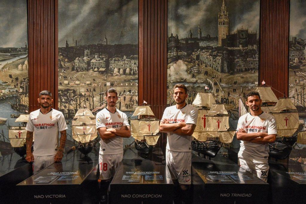 Capitanes del Sevilla FC posando en el Archivo General de Indias